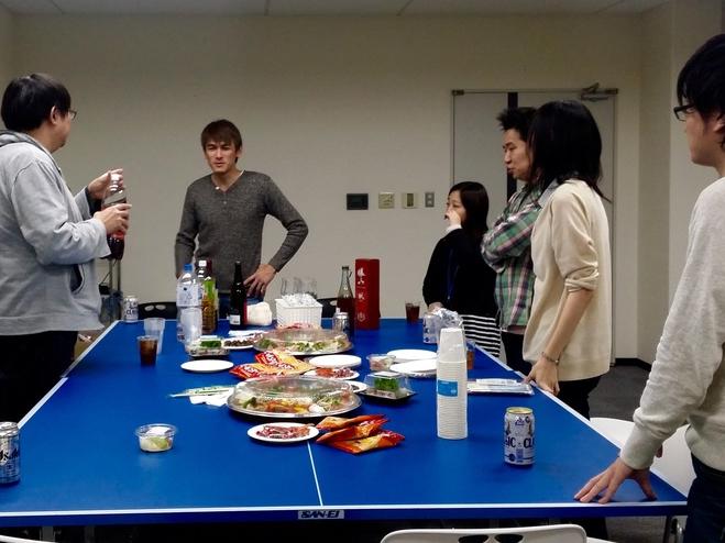 函館Laboratoryにて、2015年納会の一コマ。会議室のテーブルは卓球台です。