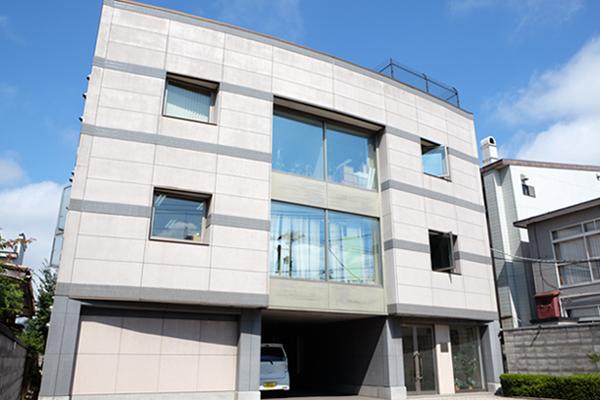 函館市柏木町の本社ビル。店舗網を北海道エリアを3つ、本州~九州エリアを4つに分け、本社が統括しています。