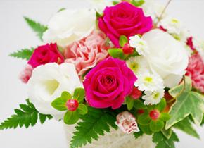 当社は社員同様、社員のご家族も大切に思っています。結婚記念日には会社から、花束を贈呈。独身の方には、お母様の誕生日に花束を贈ります。