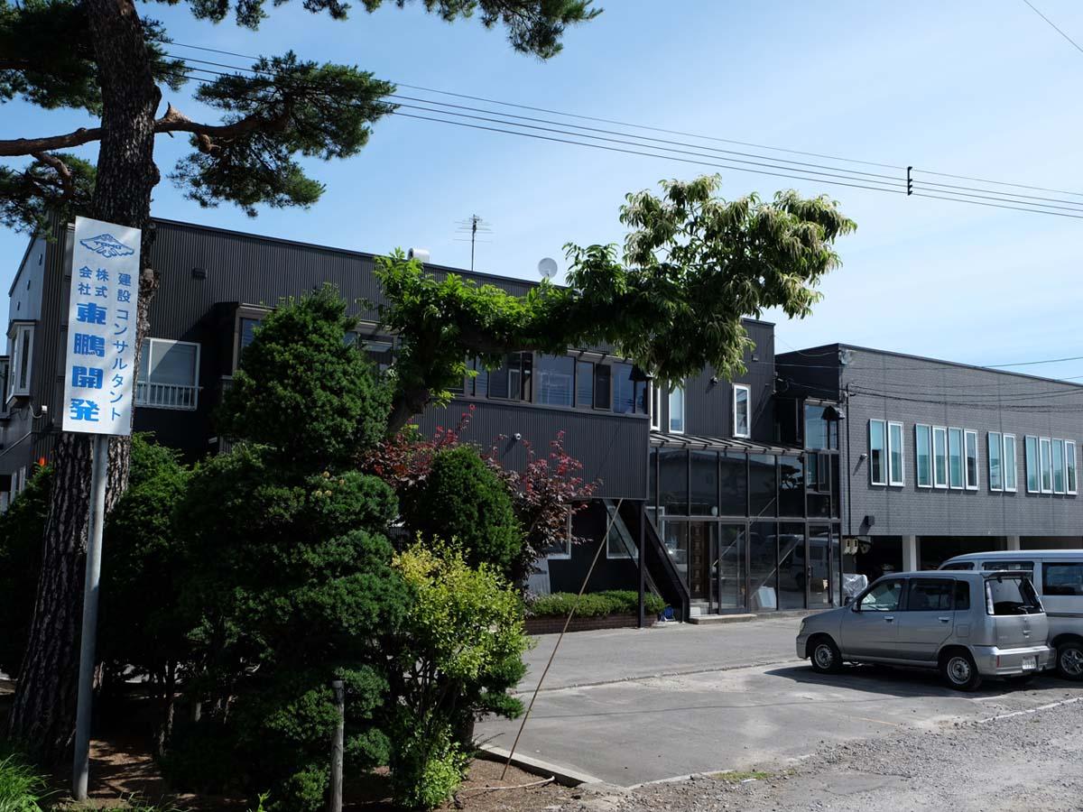 国道5号線(赤松街道)に面した社屋。社員用駐車場があり、マイカー通勤OK。