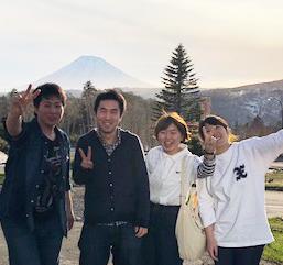 展示会見学・他店視察のために札幌に出かけた帰りにパチリ。現在、新卒入社1年目から30代半ばのチーフまで社員13名が活躍しています。