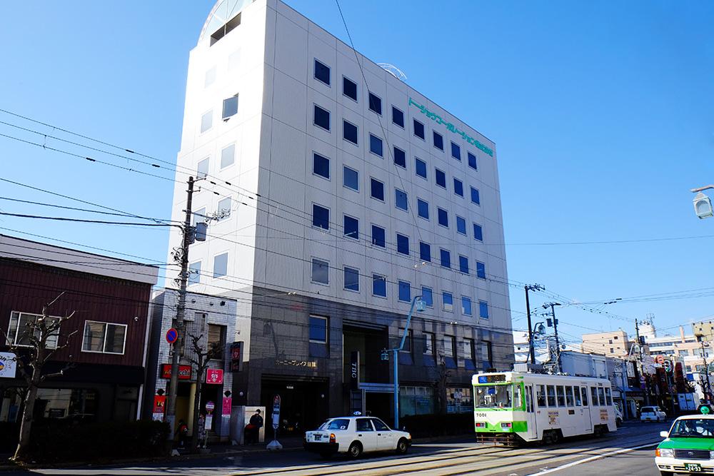 本社オフィスが入居するビル。通勤便利な五稜郭です