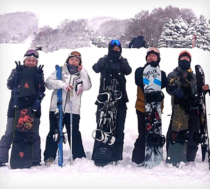 グループ社員「スノボ同好会」の写真。2020年には函館・旭川・東京のグループ社員による「Eスポーツ部」が始動。