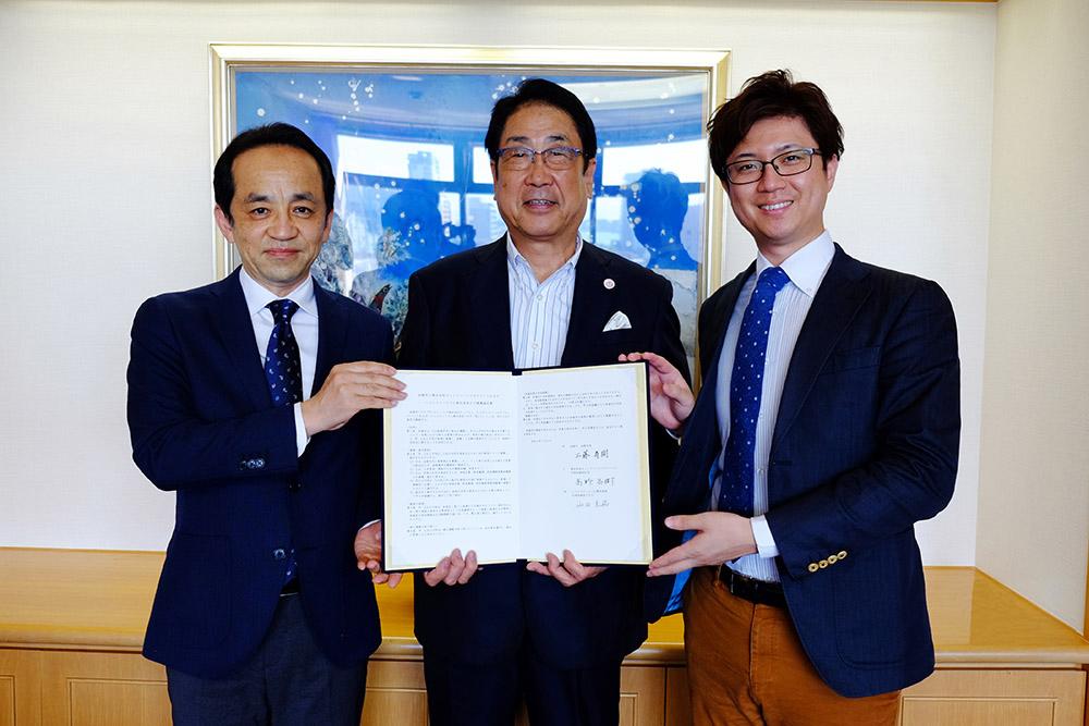 3者連携協定の調印式にて、函館市 工藤市長、ハコレコドットコム 山田代表と