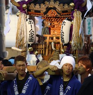 毎年夏に行われる港まつりには、社員が当社の神輿をかついで参加します。