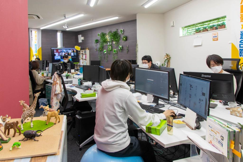 社内風景。リモートワーク中の社員とも常時ウェブでつながっています