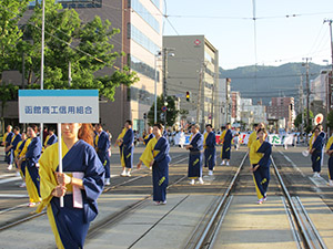 毎年夏に行われる「港まつり」パレードには、役職員みんなで参加をしています。