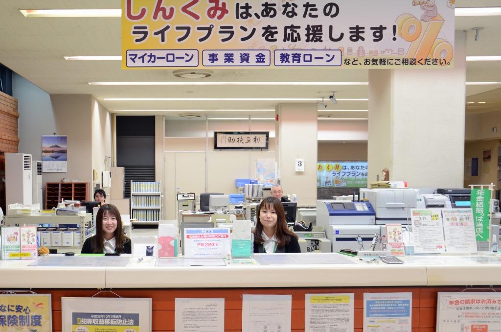 「いらっしゃいませ!」本店営業部にて、お客様を笑顔でお出迎え