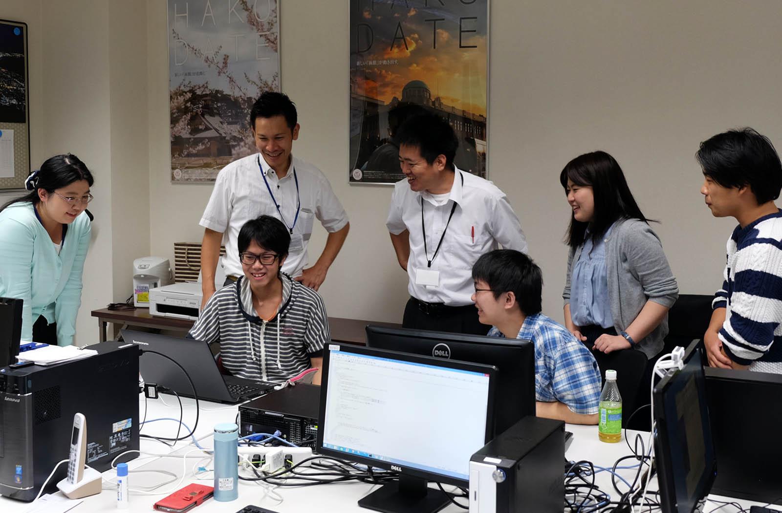 函館道南R&Dセンターにて(インターンシップの学生と談笑する弊社社員)