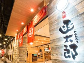 2015年夏に開店した新千歳空港店。2016年秋には、初の東京進出を計画。鮮度と味にこだわった一品一品に評価をいただき、出店依頼が相次ぐなか、 さらにお客さまへのサービスを高めるため、スタッフを増員募集します。