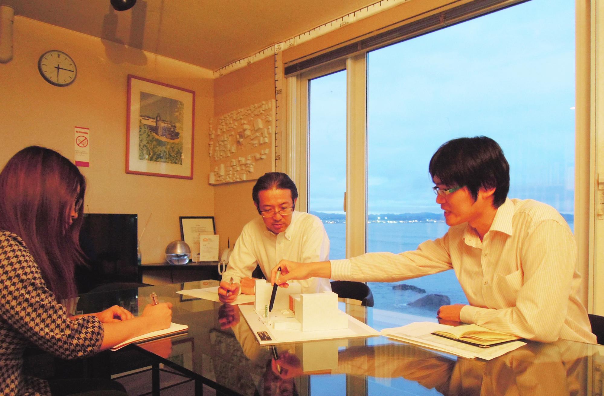 津軽海峡に面したオフィスでの打ち合わせ風景