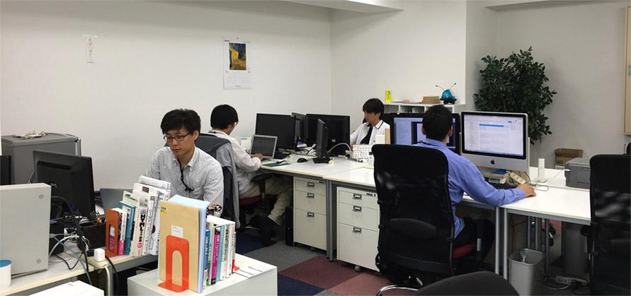 オープンなオフィス環境ですが、それぞれが適度に集中して作業できるように配慮しています
