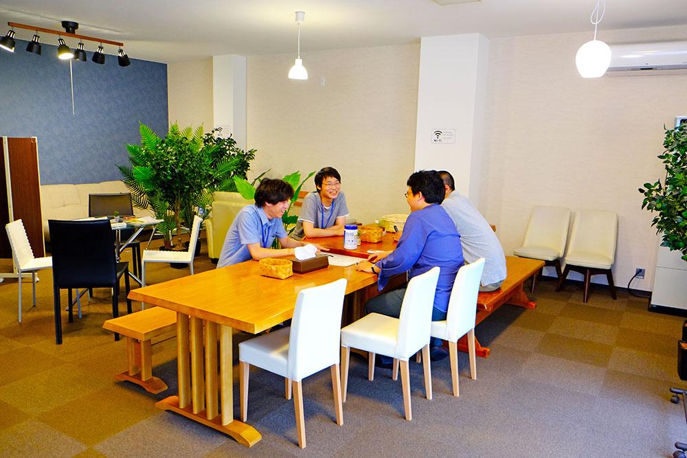 快適な1階休憩スペースで談笑する当社社員たち