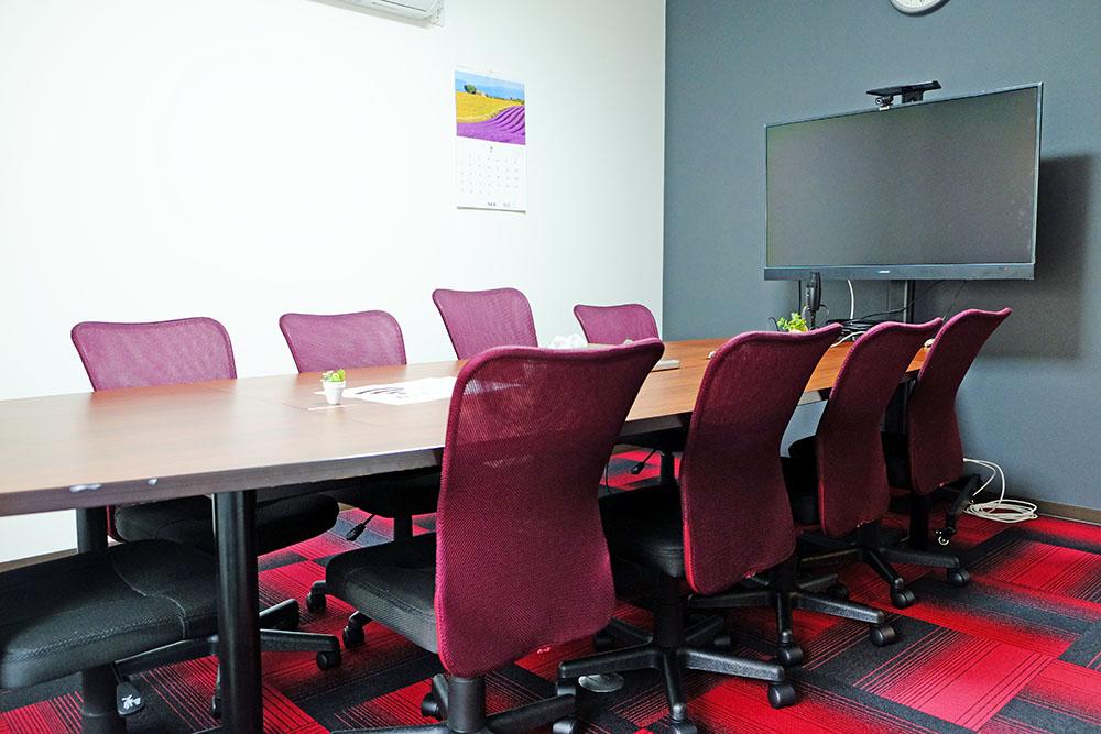 ミーティングルーム。脳の働きを活性化し、活発な議論を促す「赤色」を使用