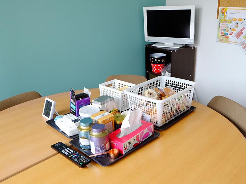 2階オフィスに隣接する、キッチンと小さな休憩スペースにはお茶菓子を常備しています。