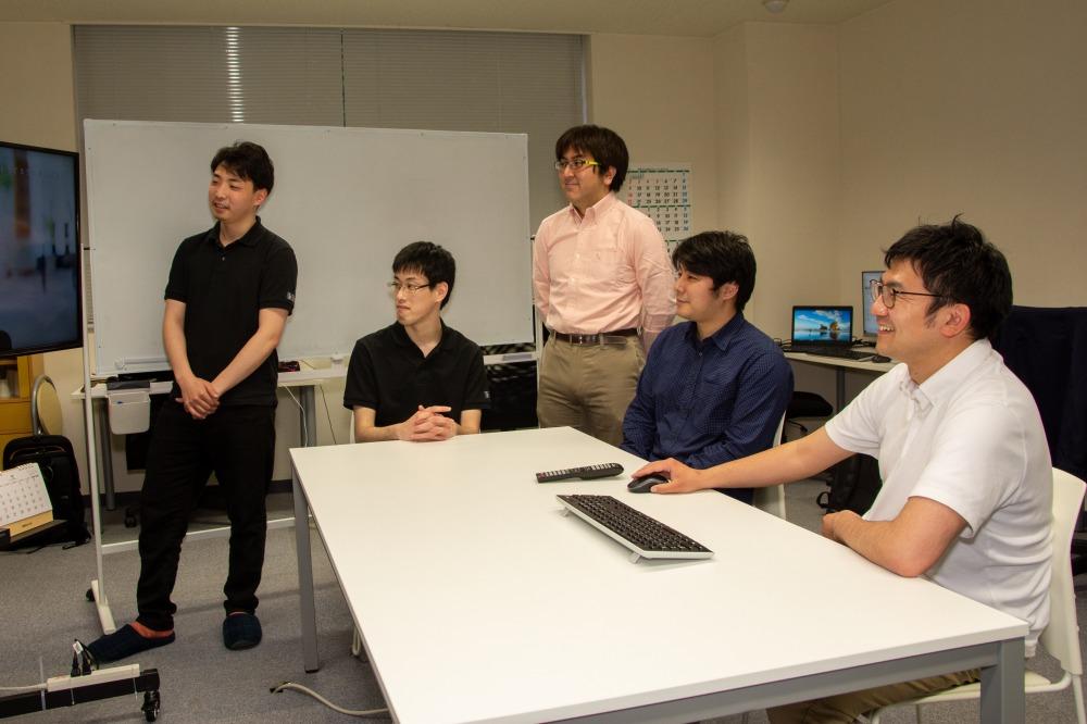 研修の合間に歓談する、函館オフィス社員たち