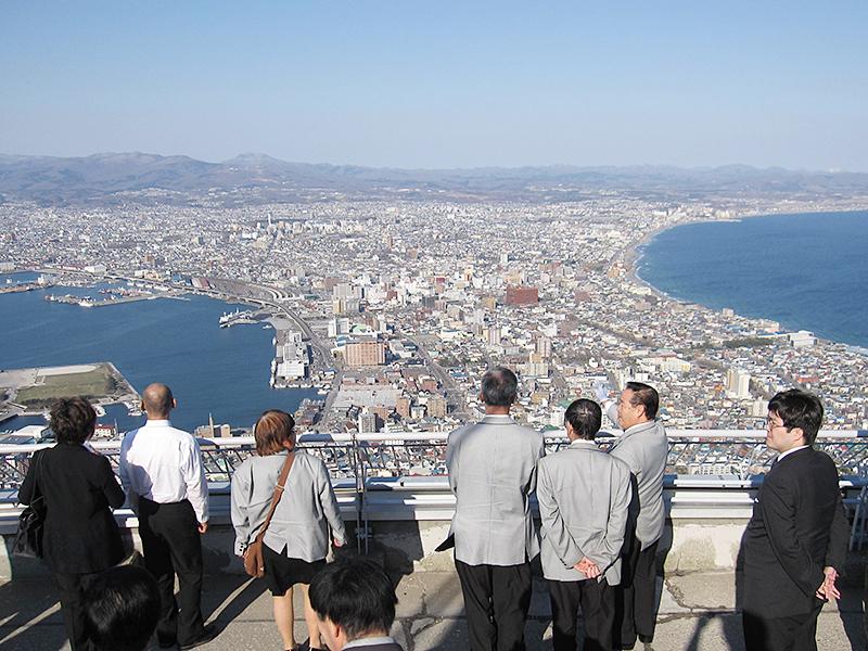 観光資格を取得した乗務員に、さらにスキルアップしていただくための研修を定期的に行っています(写真は函館山での研修風景)