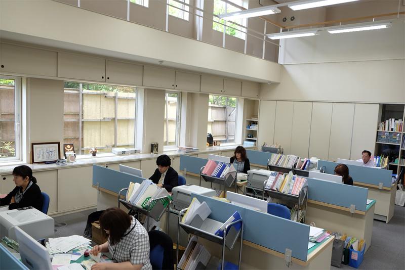 明るく開放的なオフィス。時代のニーズに応える最新システムを完備しています