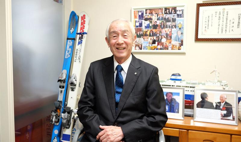 当事務所所長 三澤洋大(プロスキーヤー 三浦雄一郎氏から贈られたスキー板とともに)