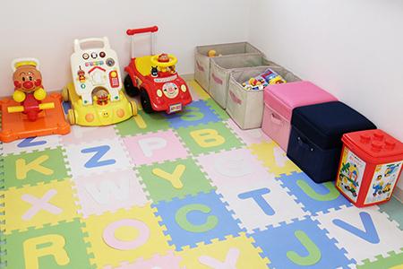 店舗内にはキッズルームを完備し、子ども連れのお客様にゆったりと物件選びをしていただけます。