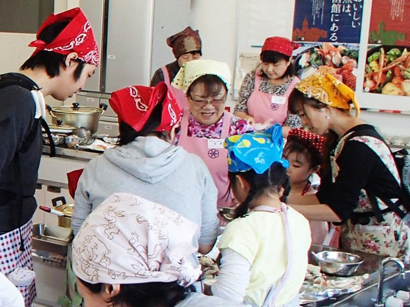 親子料理教室(写真)や、魚のさばき方教室、魚料理コンテスト等に魚を提供しており、魚食普及や社会貢献活動に積極的に取り組んでいます。