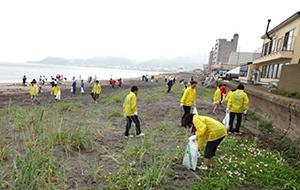 地域社会貢献の一環として、毎年、大森浜清掃活動に参加しています。