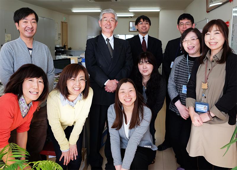 代表取締役 葛西(後列左から2人目)と本部スタッフ