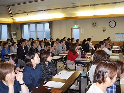 社内学習会の様子。介護職初任者研修会は会社負担で受講可能です。