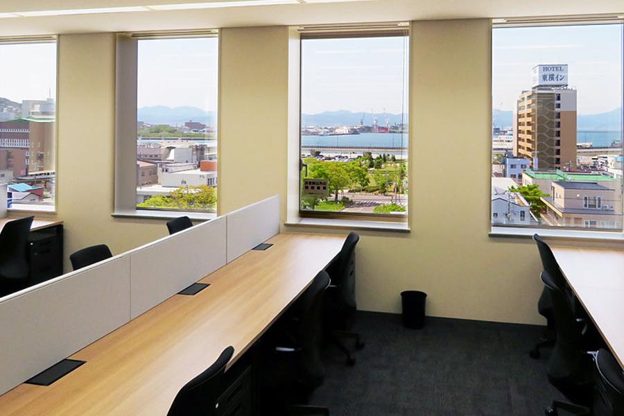 6階にあるオフィスからは函館山と函館港を一望