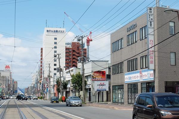 当事務所は、市電「五稜郭公園前」電停から徒歩5分のオフィスビル3階です。市内どこからも通勤便利で、アフター5の充実が可能な場所です。