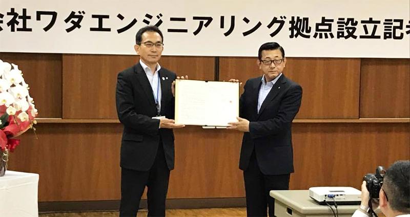 函館市経済部部長 谷口氏と、当社代表取締役 和田