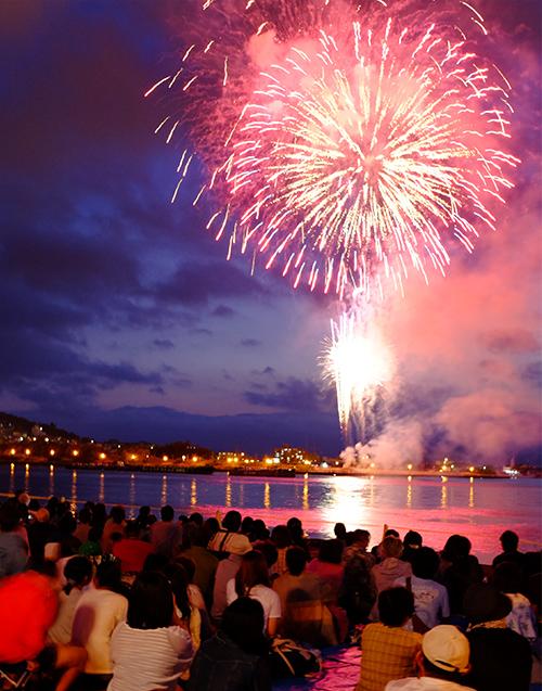 函館新聞社 函館港花火大会は、函館に夏を告げる風物詩として市民に親しまれています。