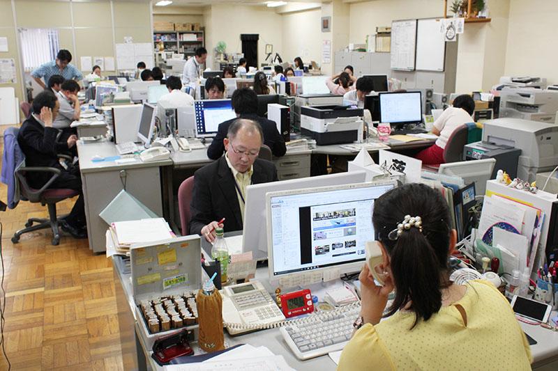 総務・販売・広告局スタッフの仕事風景